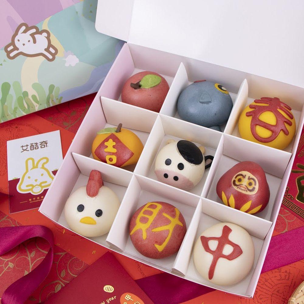 艾酷奇 - 2021牛年新春造型蒸點心禮盒-(9個/盒) -(葷)-大吉大利包子(奶皇餡)X1、牛運當頭包子(奶油綠豆沙)X1、開運必勝不倒翁包子(芝麻)X1、平平安安小蘋果包子(芋泥)X1、年年有魚包子(香蔥豬肉)X1、新春如意包子(玉米豬肉)X1、全家吉白小雞饅頭X1、財源滾滾饅頭X1、包中饅頭X1 (540g±15%)-團購專案