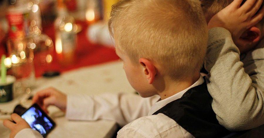 拒絕養出低頭族小孩!讓手機在餐桌上絕跡