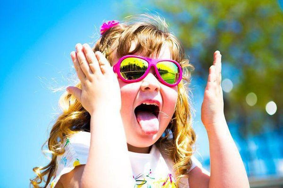 小孩要戴太陽眼鏡嗎?比起閃光燈,烈日紫外線更傷眼!