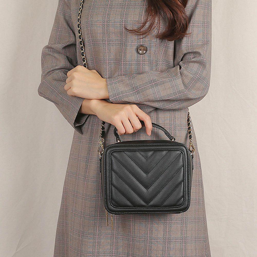 韓國 Clue - 金鍊條V字衍縫方包-時尚黑 (19X8X15cm)